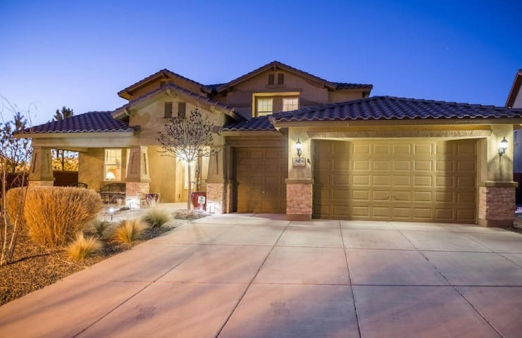 Large, Stylish Home With Tons of Amenities - Rio Rancho - Rumah