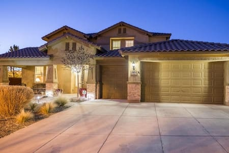 Large, Stylish Home With Tons of Amenities - Rio Rancho - Talo