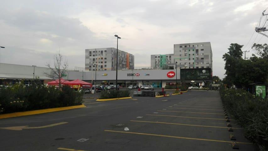 Centro comercial parques Guadalajara a menos de media cuadra del departamento.