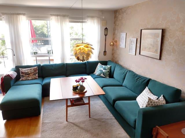 Roomy, slightly retro-furnished house near Metro