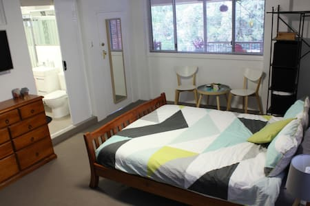 Private room with ensuite in convenient location - West Wollongong - 一軒家