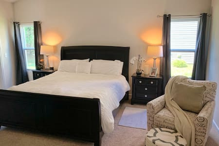 Cozy Private Master Bedroom / 20m from Airport