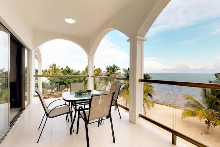 Oceanfront apartment with amazing views, shared pool, on the beach