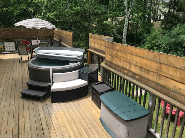 Master Suite w/Private Entrance ,Hot Tub & deck