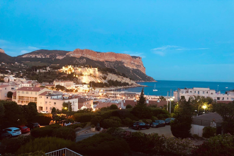 Très belle vue nocturne sur le château et le port de Cassis
