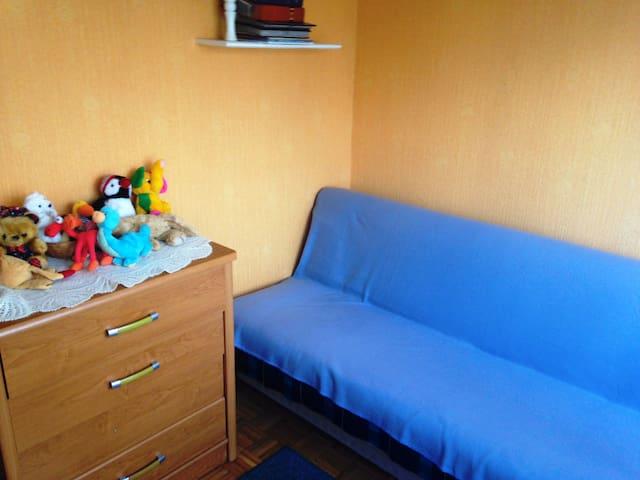 Mały, przytulny jednoosobowy pokój