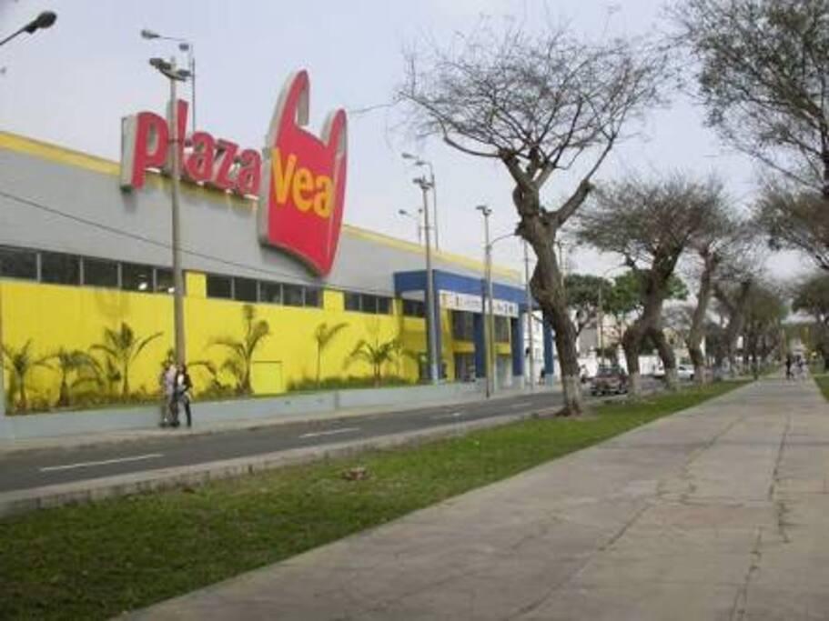 Supermercado a 2 cuadras del edificio.