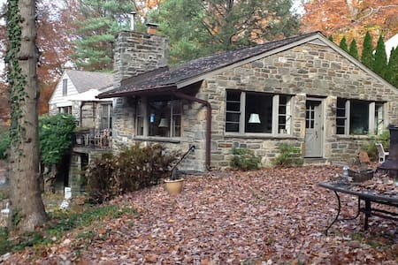 Stone House Surrounded by Woods in Haverford - Haverford - บ้าน