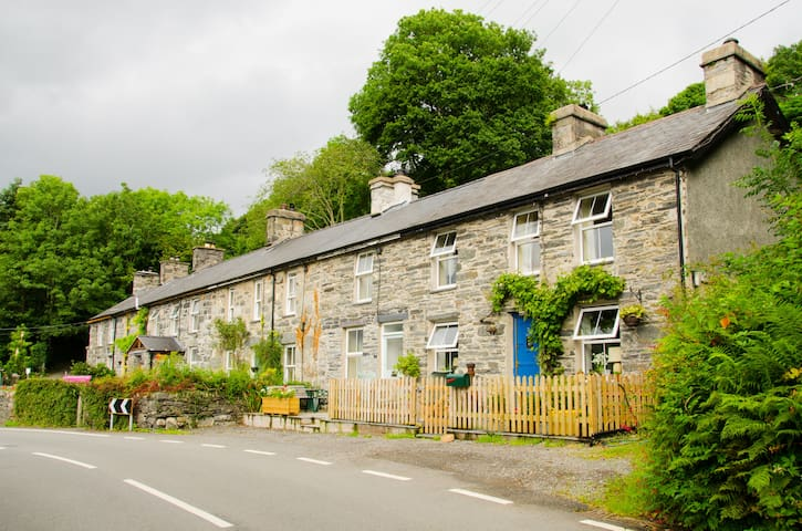 Cosy cottage for relaxing or active holiday - Llanfrothen - House
