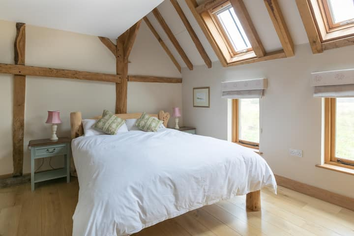 Comfortable 2 bedroom cottage in converted barn