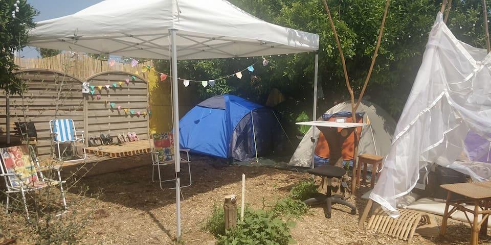 Mi tienda de campaña para dormir en el jardín