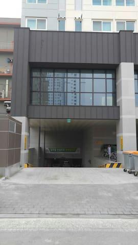건물뒤편 지하주차장입구. Parking lot entrance (B/D back)