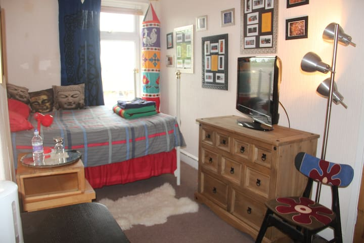 Bright cosy double room near Bfd University & town - Bradford - Dom