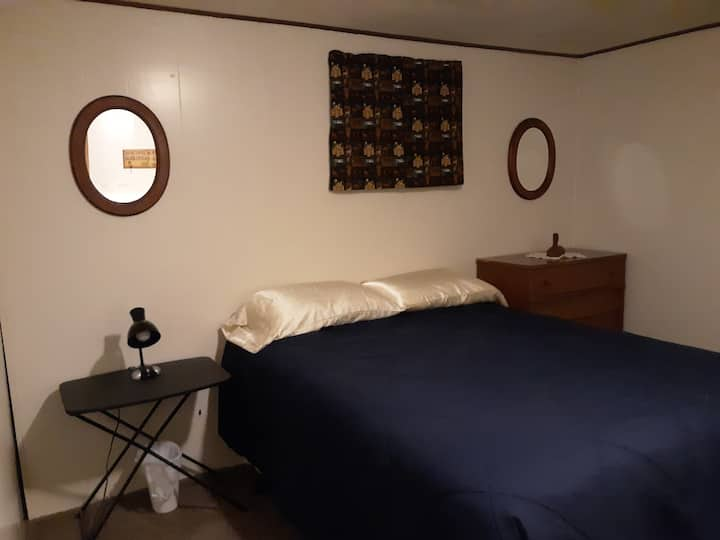 """The Kenney House - """"Country"""" Room (Queen)"""
