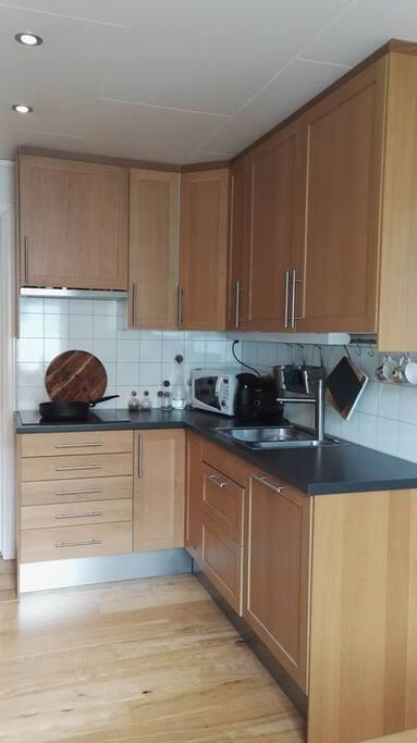 Kjøkken med mikrobølgeovn, kaffemaskin og oppvasekmaskin