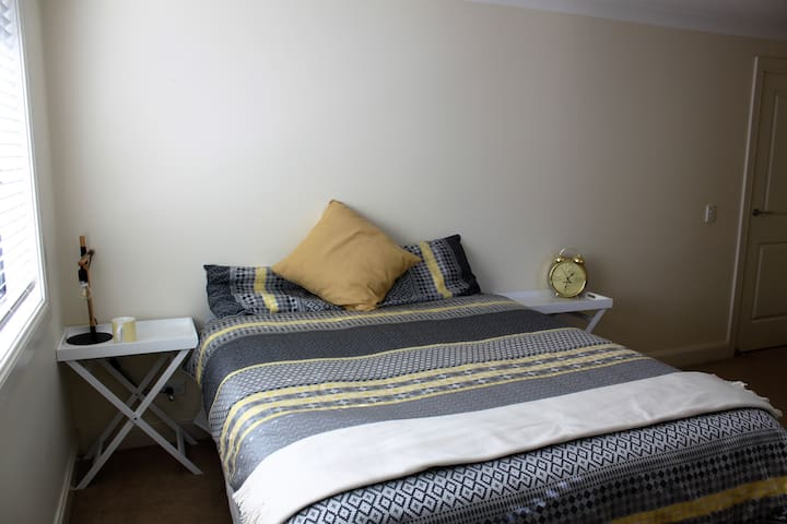 Queen bed, Ensuite. Near Hillsong - Kellyville Ridge - Hus