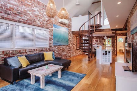Character Loft House- walk to the beach and cafes