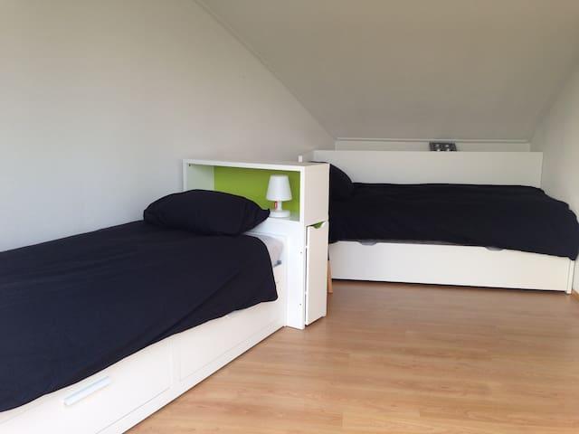 slaapkamer  met drie eenpersoonsbedden (uitschuifbed)