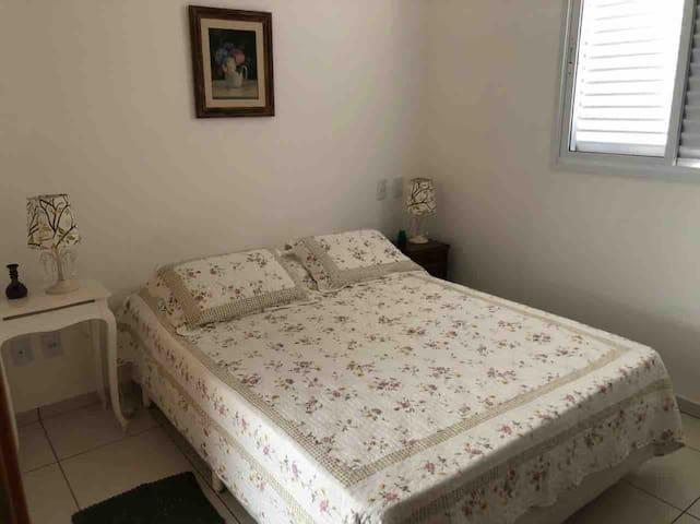 Suíte com cama de casal e 1 colchão extra
