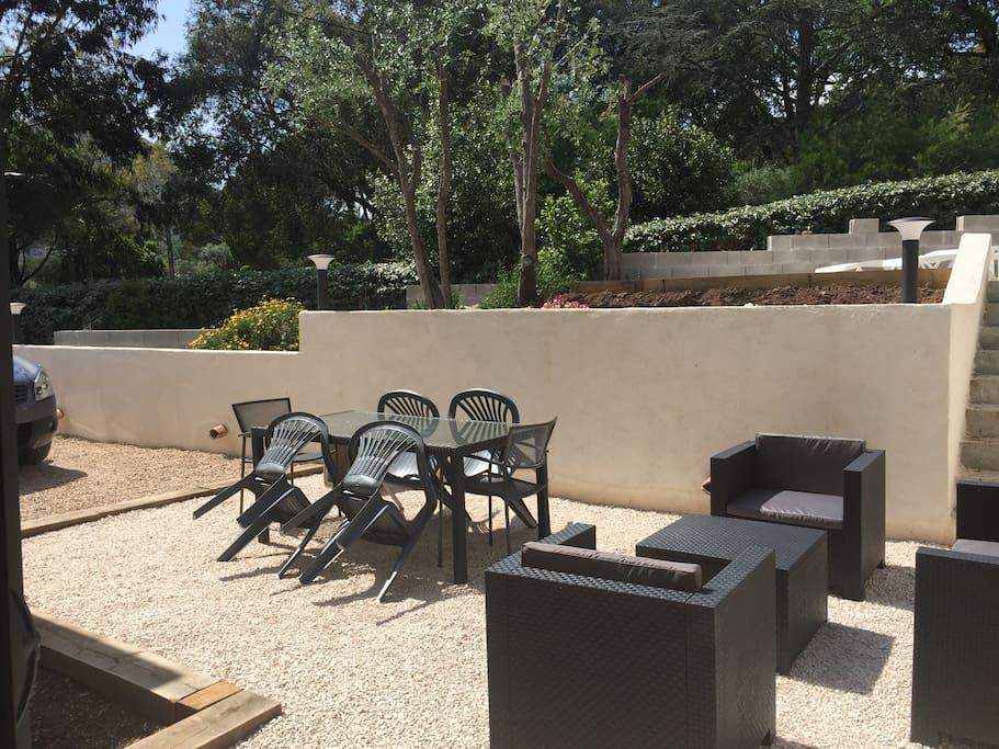 Extérieur privatif avec table, salon de jardin et deux transats...