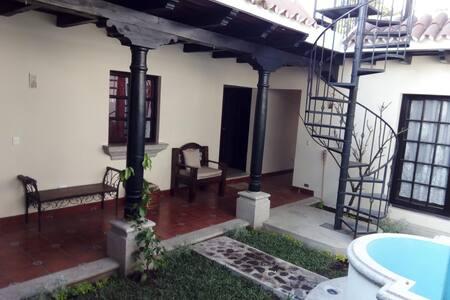 Casa tipo Colonial, con vistas a los Volcanes
