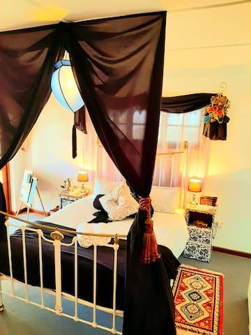 Midnight Emerald Room, Serpentine Castle Cottage