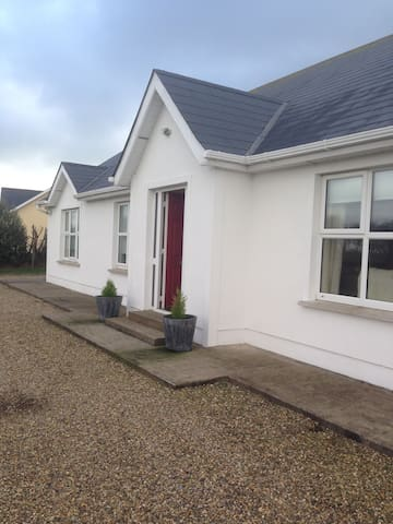 Kilmore Quay, Grange House,(Teach Ballyteigue),  Co.Wexford - 3 Bed - Sleeps 6 - Kilmore Quay - บ้าน