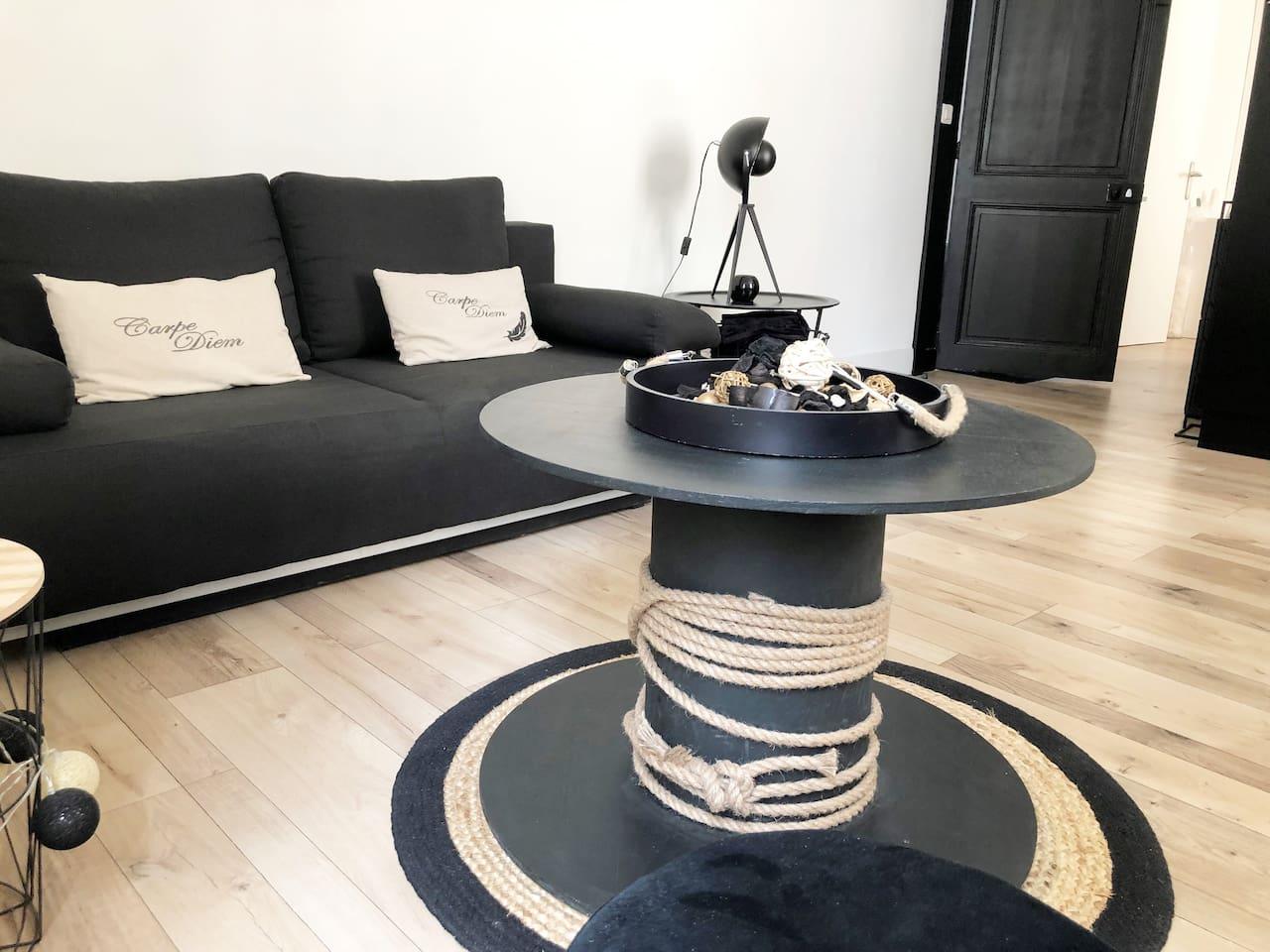 coin salon cosy et cocooning à la décoration épuré avec canapé lit très confortable