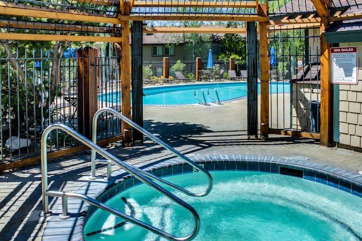 Bright condo w/shared outdoor pool, hot tub, tennis, sauna