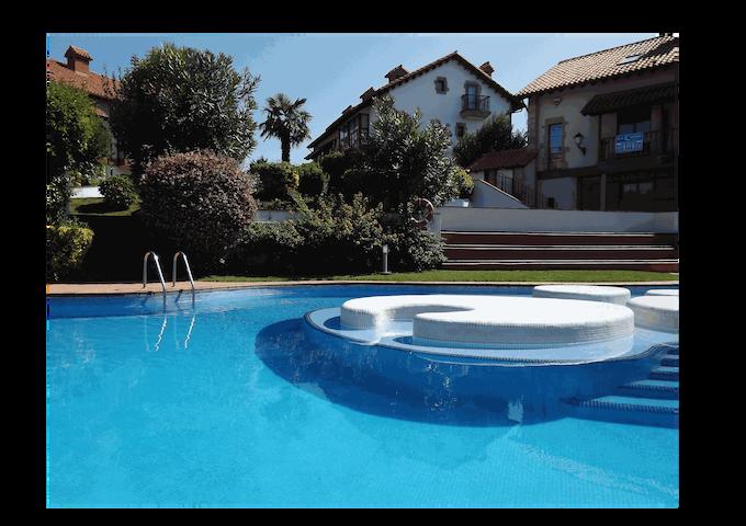 Casa montañesa con piscina y playa de surf en Somo