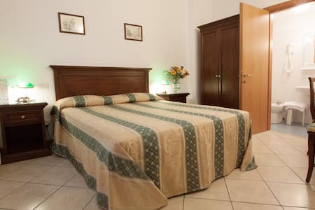 Double room with private bathroom, safe, air conditioning, free WI-Fi connection and kettle for tea and coffee