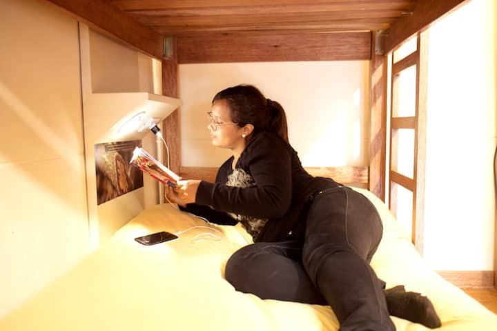 Cama en dormitorio, baño compartido-PariwanaHostel