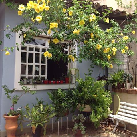 Casa Patrimônio Histórico com jardim - Belo Horizonte - Casa