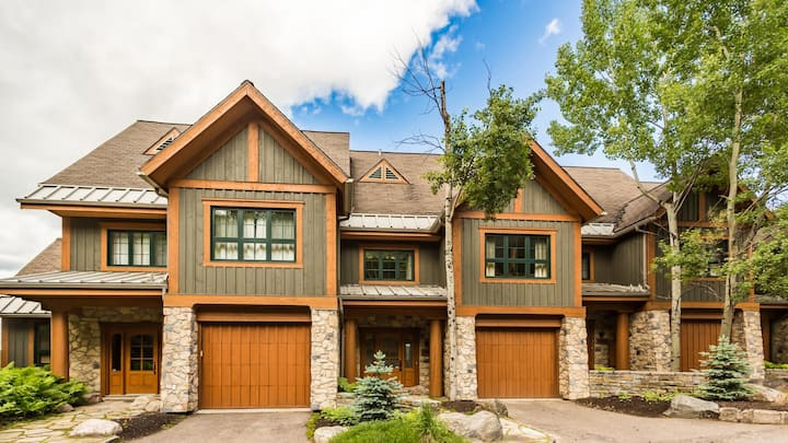Gorgeous Townhome with Panoramic Views of Tremblant Lake