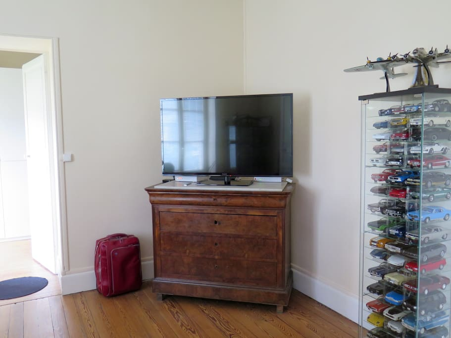 The living room, with a flat screen TV (and many channels)