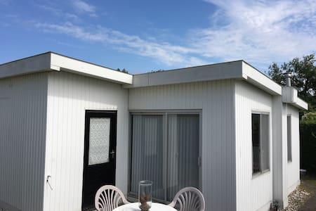 Ouddorp, vrijstaand zomerhuisje aan zee - Ouddorp - Kulübe