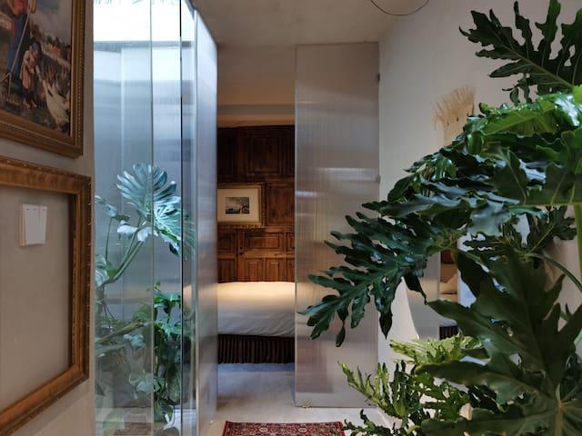 一楼主卧,1.8m床。