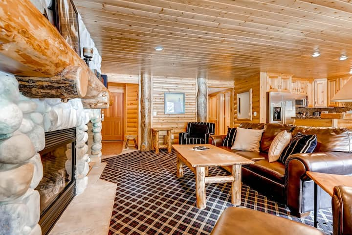 Mid-mountain condo with private hot tub, shared pool, and AC!
