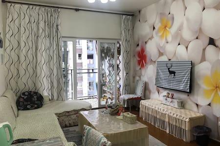 龙洲湾万达广场对面,邻3号线轻轨直达机场,308公交车站直达解放碑交通方便,温馨舒适的大床房