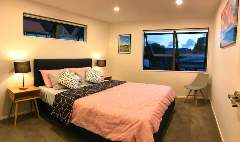 Auckland Muriwai Day & Night Villa