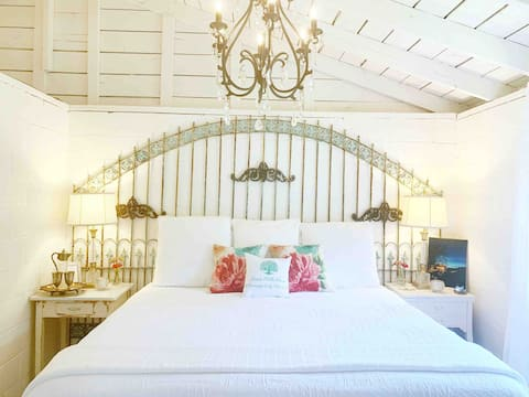 Chandelier Cottage King Bed Clawfoot Tub HelenGA