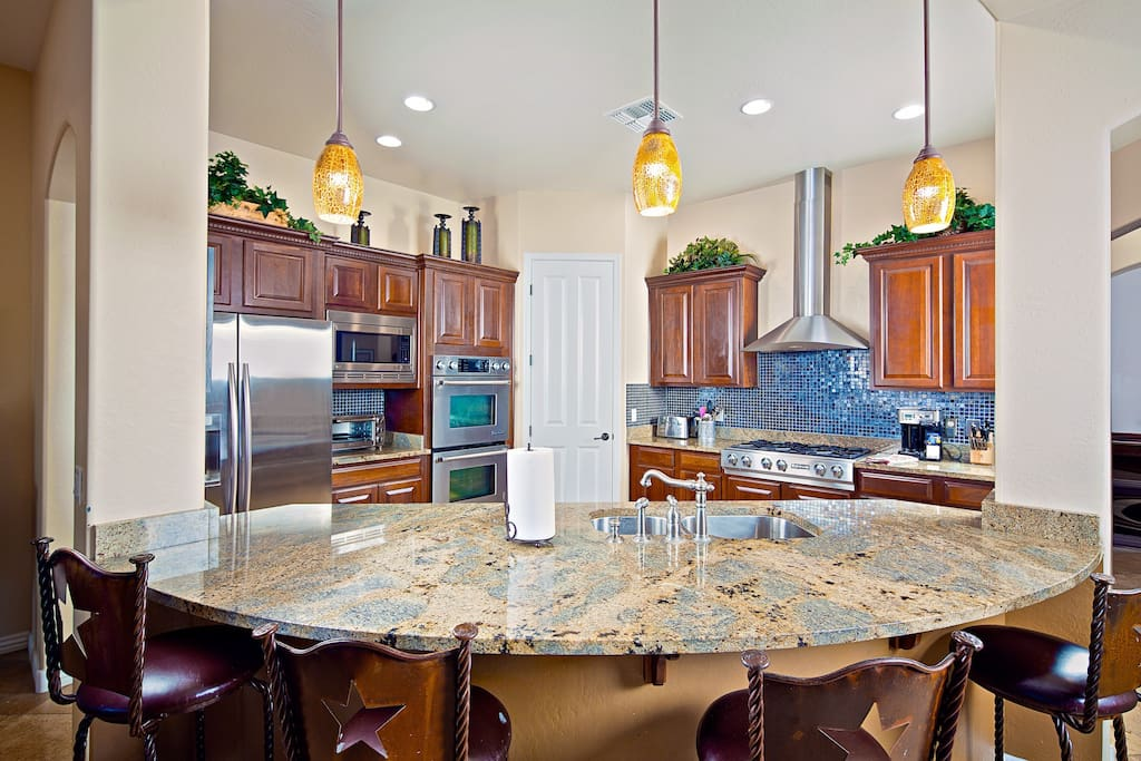 Stunning kitchen with solid cabinets, granite counters, and more!