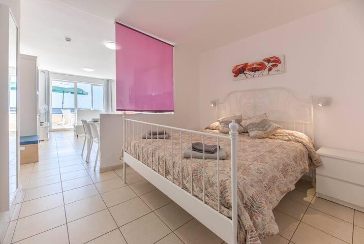 living room with terrace and separated area to sleep / sala de estar con terraza y zona separada  para dormir / soggiorno con terrazza e zona separata per dormire