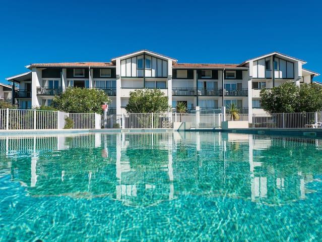 Studio équipé à 2 pas du golf | Accès piscine, Wi-Fi et parking gratuit