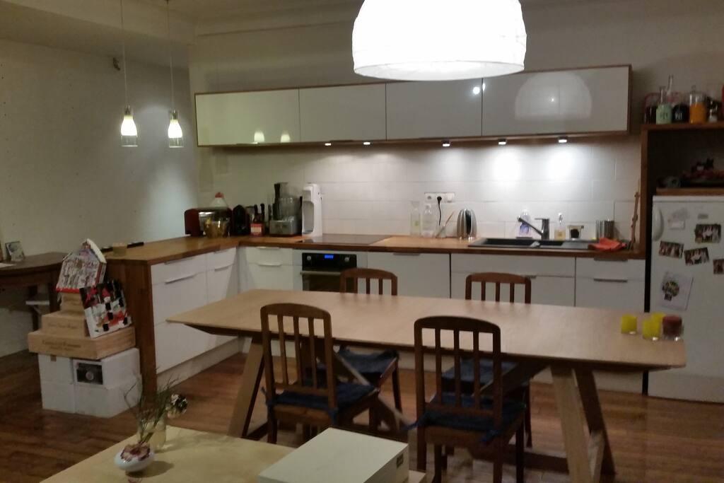 Grande cuisine ouverte avec une grande table.