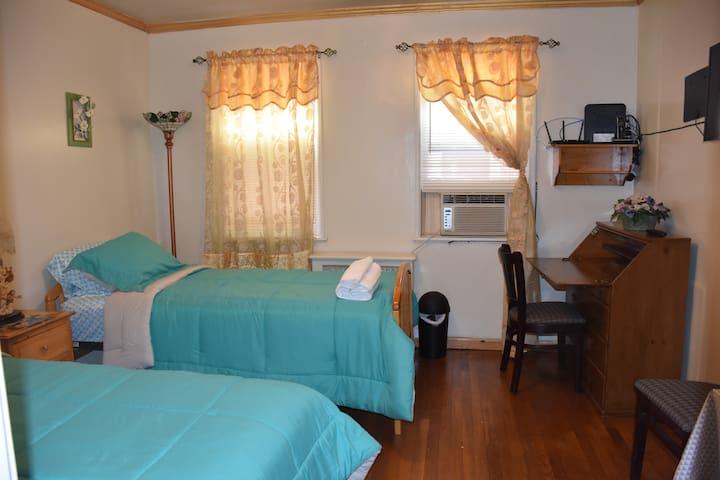 Private room in Astoria  close to Manhattan