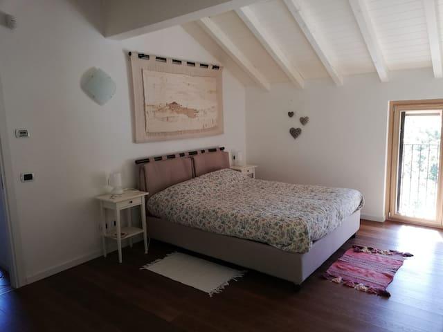 silenziosa camera da letto fresca d'estate e calda d'inverno. Il bilocale gode della frescura collinare (495 metri sul livello del mare) e di una aria incontaminata (sottostante bosco di proprietà e ruscello mai secco). quiet bedroom cool in summer