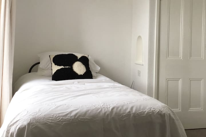 Lovely single room in historic Chapel Street