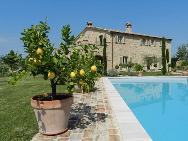 Le Marche, Stunning Villa, sweeping mountain views