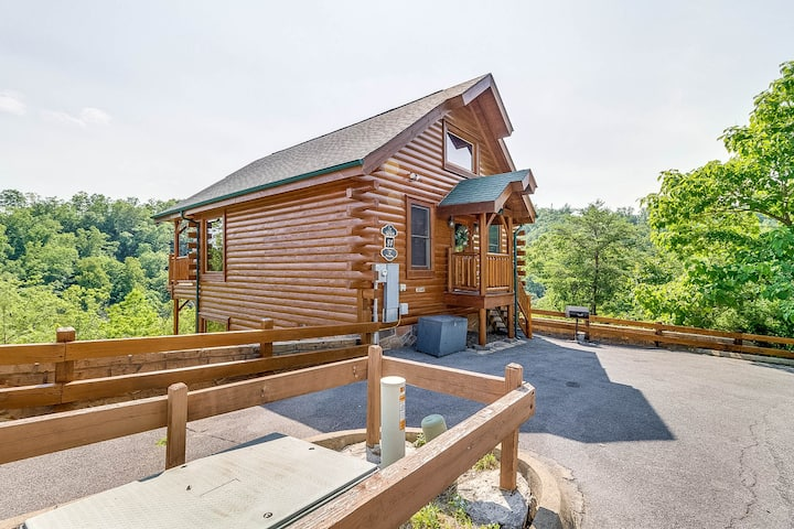 Log cabin with private hot tub, pool table, mountain views & shared pool!
